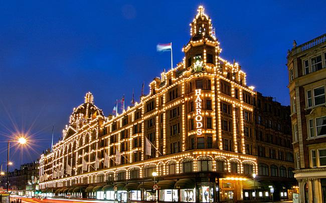 ACXPMJ Exterior of the Harrods department store in the Knightsbridge area of London.. Image shot 2007. Exact date unknown.