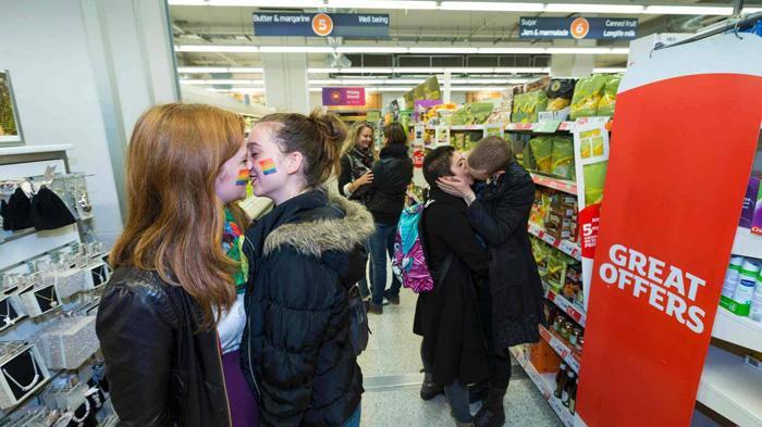 Sainsbury's超市同性抗议亲吻