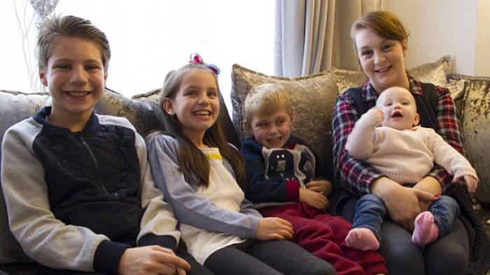 28岁的单亲妈妈Sophie带着四个孩子