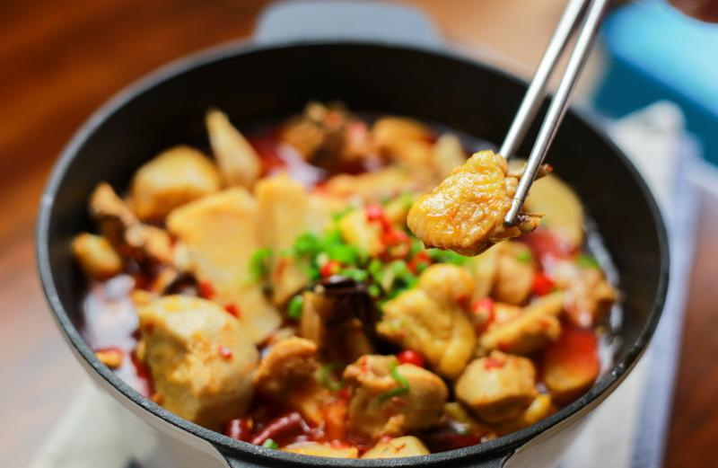 如何用英国本地食材做地道的川式芋儿鸡